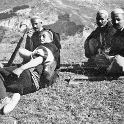 Doda NB9020 70 B Macedonia. In the centre: two men from Shtirovica in black trousers (tirq); on the right: two Slavic-speaking Muslims from Lower Reka.