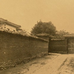 FMG003: An alley with mudbrick walls and a wooden gate in Tirana, Albania (photo: Friedrich Markgraf, 1924-1928).