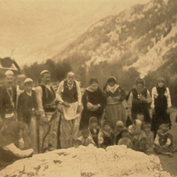 FMG008: Men, women and children of the Shkreli tribe in the mountains of northern Albania (photo: Friedrich Markgraf, 1924-1928).