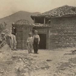 FMG012: A house at Tunjan near Mount Dajti, Albania (photo: Friedrich Markgraf, 1924-1928).