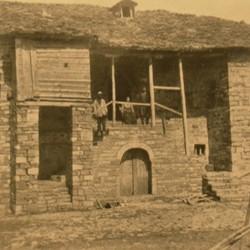 FMG027: Stone house in Shënepremte (Lenias) in the Gramsh region of Albania (photo: Friedrich Markgraf, 1924-1928).
